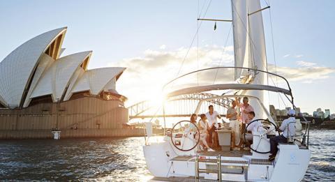 Freunde segeln zusammen im Sydney Harbour, Sydney