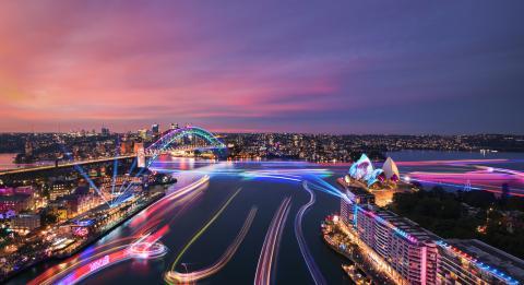 Ansichten von Harbour Lights-Installationen auf überfahrenden Seeschiffen Sydney Harbour während Vivid Sydney2019