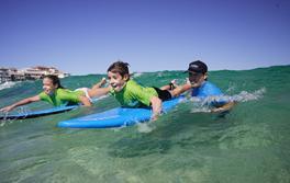 """Kindern lernen in Bondi bei """"Let's Go Surfing"""" surfen"""