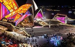 Public Viewing-Installationen für eine Vielzahl von Menschen rund um das Sydney Opera House während des Vivid Sydney-Festivals 2016